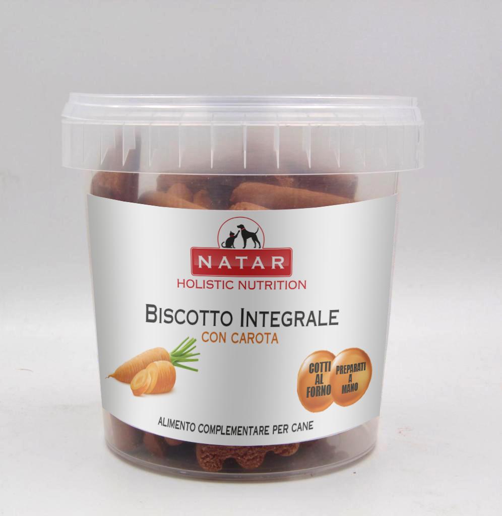 Biscotto integrale per cani cotto al forno preparato a mano con carota. Alimento complementare per cani.